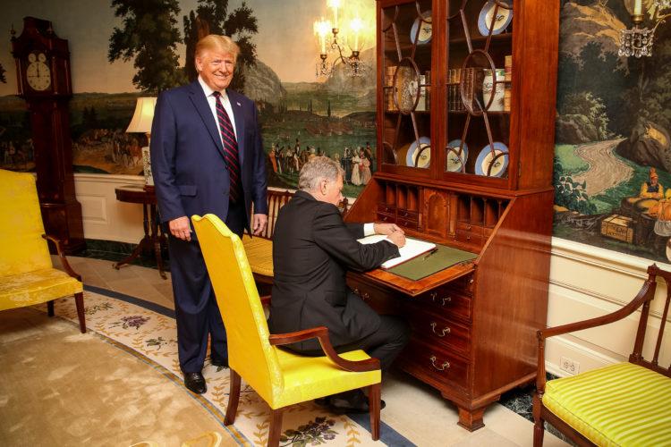 Presidentti Niinistö allekirjoittaa Valkoisen talon vieraskirjan 2. lokakuuta 2019. Kuva: Matti Porre/Tasavallan presidentin kanslia