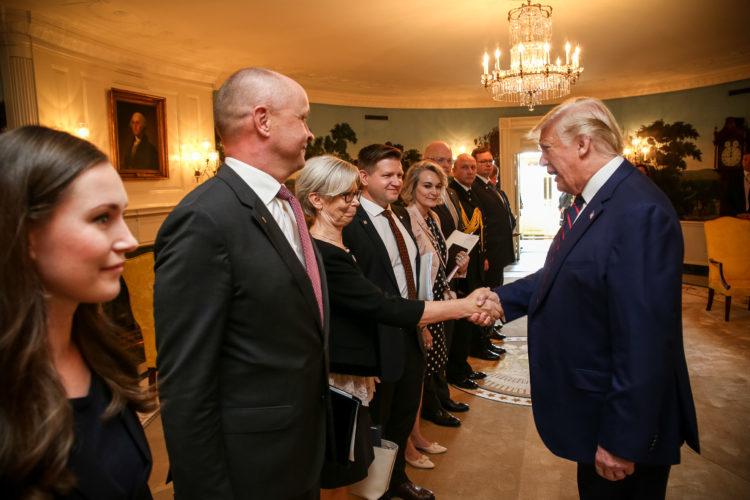 Presidentti Trump tervehtii suomalaisen delegaation. Kuva: Matti Porre/Tasavallan presidentin kanslia