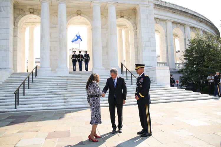 Presidentti Niinistö laski seppeleen tuntemattoman sotilaan muistomerkille Arlingtonin kansallisella hautausmaalla 1. lokakuuta 2019. Kuva: Matti Porre/Tasavallan presidentin kanslia