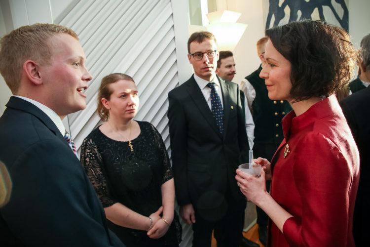 Maataloustuottajain Vehmaan yhdistyksen edustajat keskustelevat rouva Haukion kanssa. Kuva: Matti Porre/Tasavallan presidentin kanslia