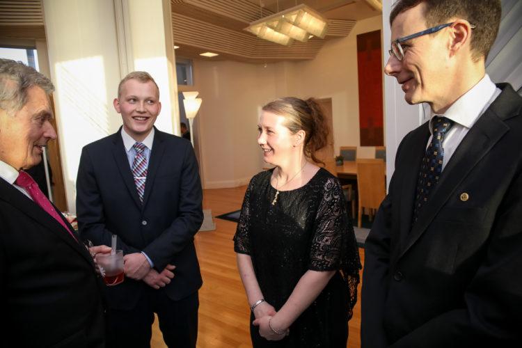 Vehmaalaiset ja presidentti keskusteluissa. Kuva: Matti Porre/Tasavallan presidentin kanslia