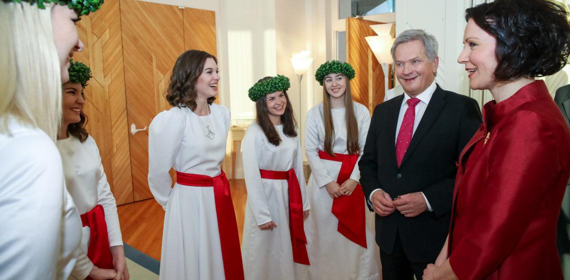 Suomen Lucia-neito Sara Ray ja kuoronsa presidenttiparin kanssa Mäntyniemessä. Kuva: Matti Porre/Tasavallan presidentin kanslia