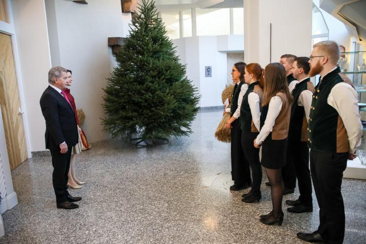 Ensimmäisenä tervehdyksensä presidenttiparille toivat metsäylioppilaat. Joulukuusi tuli jälleen tänä vuonna Grangårdin tilalta Nurmijärveltä. Kuva: Matti Porre/Tasavallan presidentin kanslia