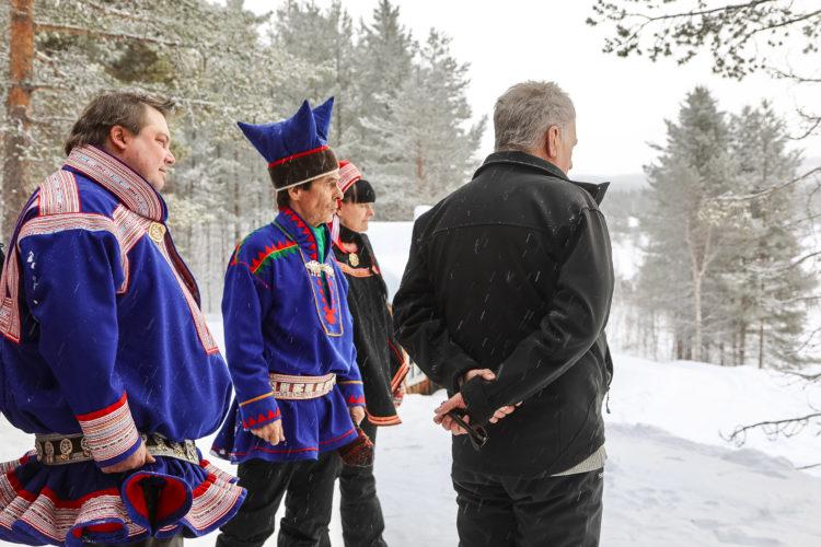 Presidentti Niinistö tutustui saamelaiskulttuuriin ja poronhoitoon Lemmenjoella. Kuva: Riikka Hietajärvi/Tasavallan presidentin kanslia
