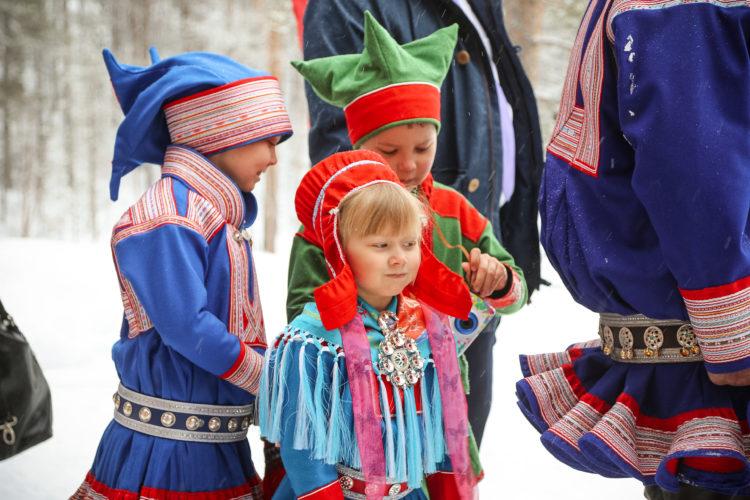 Nils-Piera ja Berit-Elle Ruotsala sekä Nils-Matti Paltto ojensivat kukkakimpun tasavallan presidentille. Kuva: Riikka Hietajärvi/Tasavallan presidentin kanslia