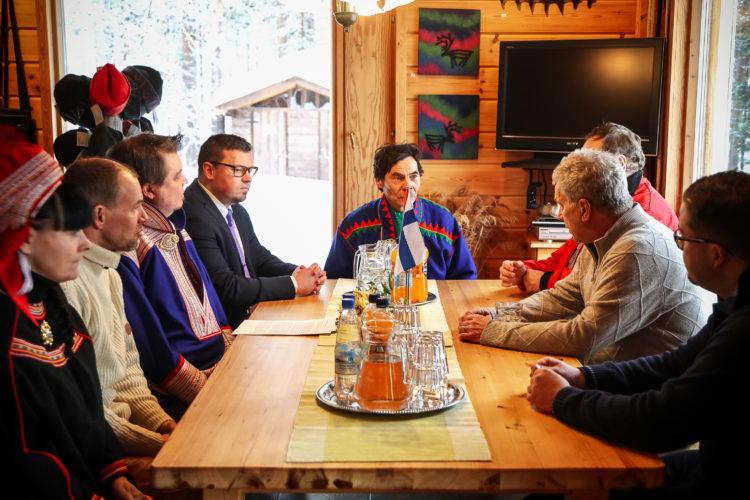Ennen maastoon lähtöä presidentti keskusteli ajankohtaisista asioista. Pöydän ääressä vasemmalta: