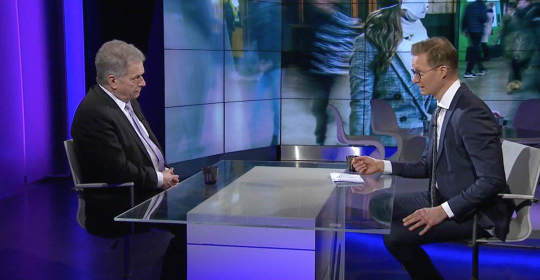 Presidentti Niinistö A-talkin suorassa lähetyksessä toimittaja Sakari Sirkkasen haastateltavana. Kuva: Yle Areena