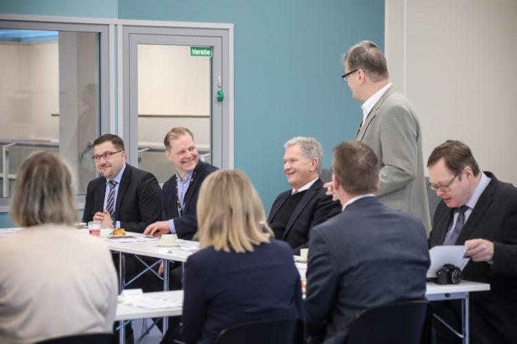 Keskustelua Iin kunnan edustajien ja paikallisten koululaisten kanssa. Kuva: Riikka Hietajärvi/Tasavallan presidentin kanslia