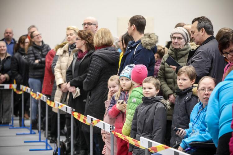 Iin uudessa liikuntakeskuksessa presidentti tapasi kuntalaisia. Kuva: Riikka Hietajärvi/Tasavallan presidentin kanslia