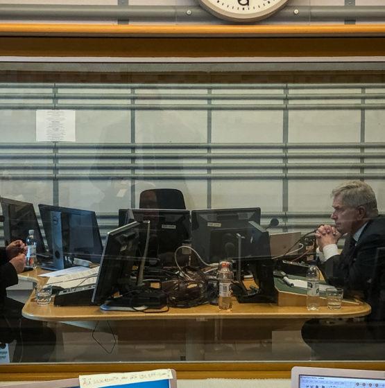 President Sauli Niinistö och Radio Finlands redaktör Juha Blomberg. Foto: Jouni Mölsä/Republikens presidents kansli