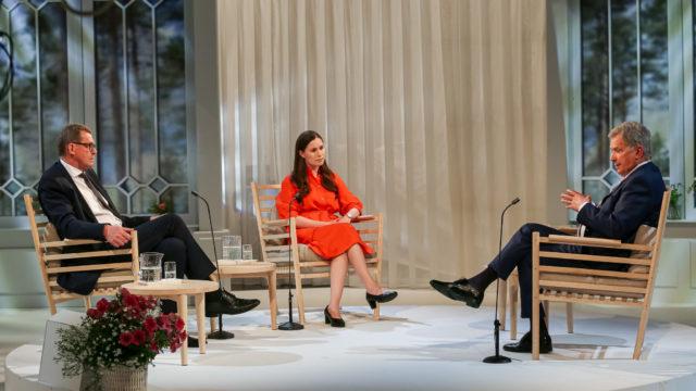 Republikens president Sauli Niinistö, riksdagens talman Matti Vanhanen och statsminister Sanna Marin i den avslutande diskussionen. Foto: Matti Porre/Republikens presidents kansli