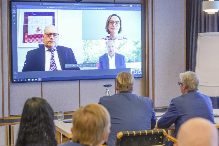 Presidentti Niinistö keskustelemassa Seinäjoen kaupungin sekä Into Oy:n ja Atrian edustajien kanssa. Kuva: Seinäjoen kaupunki