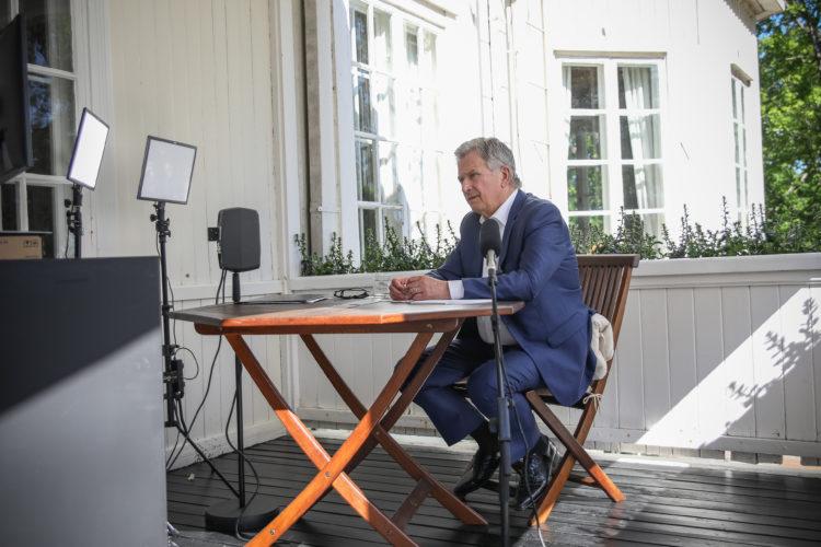 Tasavallan presidentti Sauli Niinistö teki Munkkimäen terassilta virtuaalivierailun Suonenjoelle ja Seinäjoelle 12.6.2020. Kuva: Matti Porre/Tasavallan presidentin kanslia