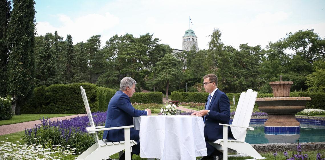 Toimittaja Jan Andersson haastattelee presidentti Niinistöä Kultarannassa. Kuva: Matti Porre/Tasavallan presidentin kanslia