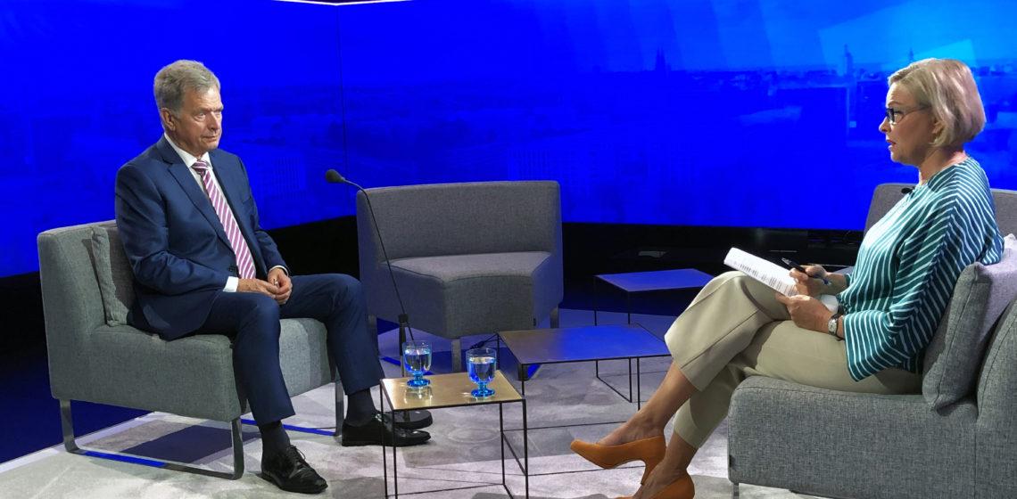 President Niinistö intervjuas i Rundradions Ykkösaamu av redaktör Seija Vaaherkummu. Foto: Jouni Mölsä/Republikens presidents kansli