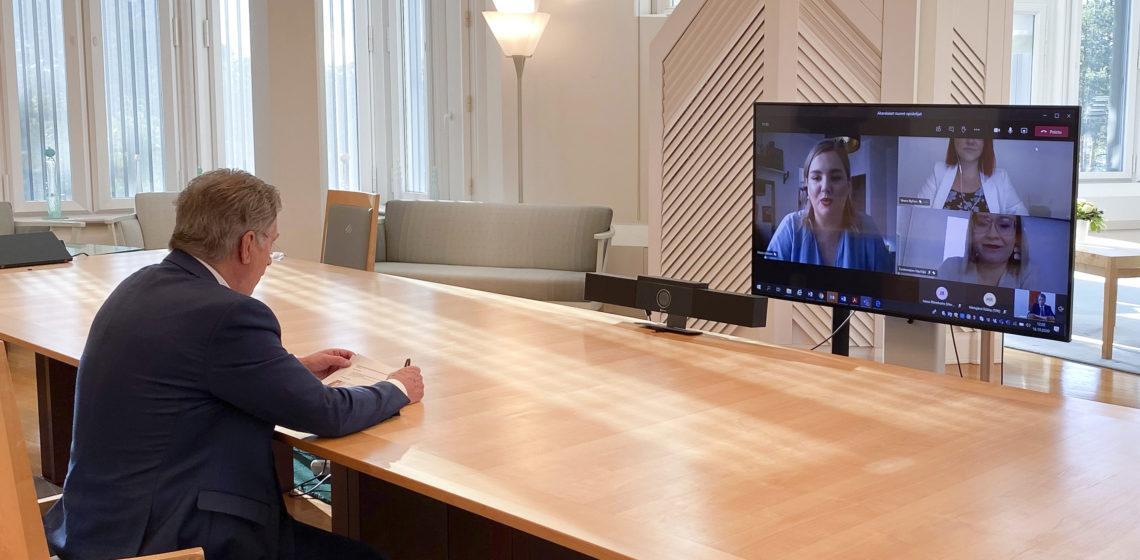 Presidentti Niinistö tapasi Akavan opiskelijoiden edustajia etäyhteydellä Mäntyniemestä. Kuva: Tasavallan presidentin kanslia