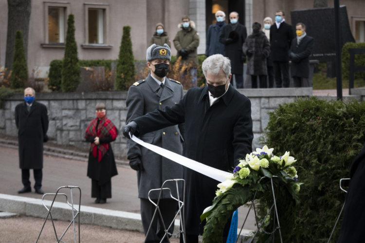 Tasavallan presidentti Sauli Niinistö laski seppeleen presidentti J. K. Paasikiven haudalle 150-vuotisjuhlan kunniaksi Hietaniemen hautausmaalla 27.11.2020. Kuva: Jon Norppa/Tasavallan presidentin kanslia