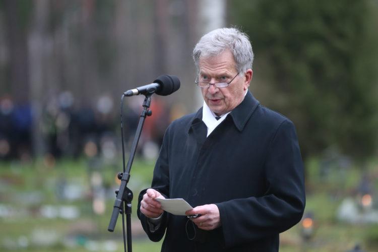 Tasavallan presidentti Sauli Niinistö puhui Mannerheim-ristin ritari Tuomas Gerdtin haudalla lauantaina 28. marraskuuta 2020. Kuva: Juhani Kandell/Puolustusvoimat
