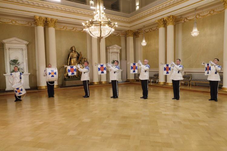Gardets musikkår uppträder i Rikssalen i Presidentens slott på självständighetsdagsfesten. Foto: Juhani Kandell/Republikens presidents kansli
