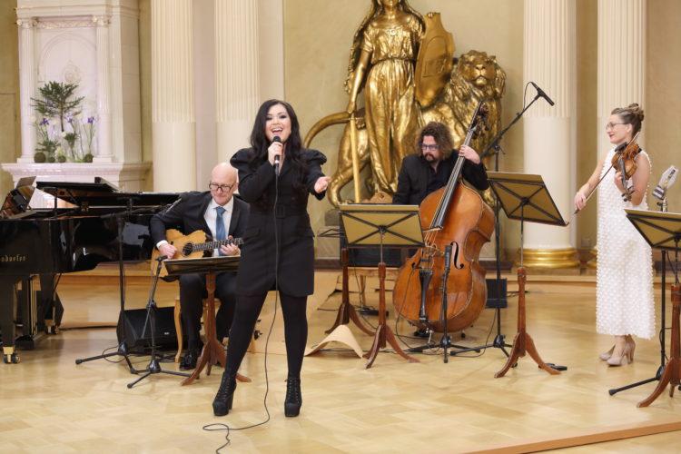 Diandra uppträder med sång i Rikssalen i Presidentens slott på självständighetsdagsfesten. Foto: Juhani Kandell/Republikens presidents kansli