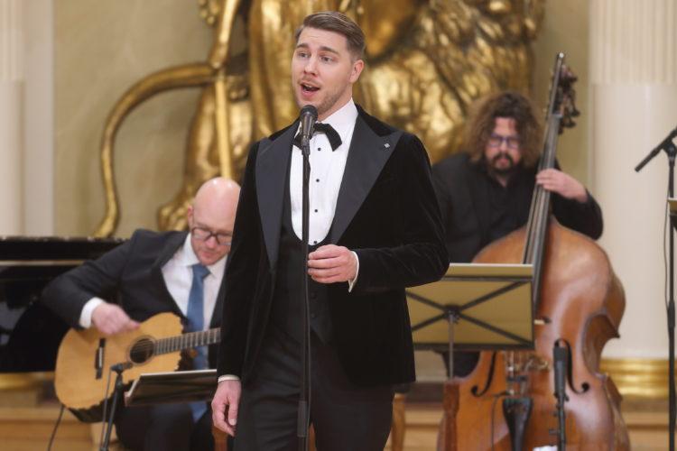 Aarne Pelkonen uppträder med sång i Rikssalen i Presidentens slotts på självständighetsdagsfesten. Foto: Juhani Kandell/Republikens presidents kansli