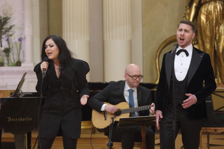 Diandra och Aarne Pelkonen uppträder med sång i Rikssalen i Presidentens slotts på självständighetsdagsfesten. Foto: Juhani Kandell/Republikens presidents kansli