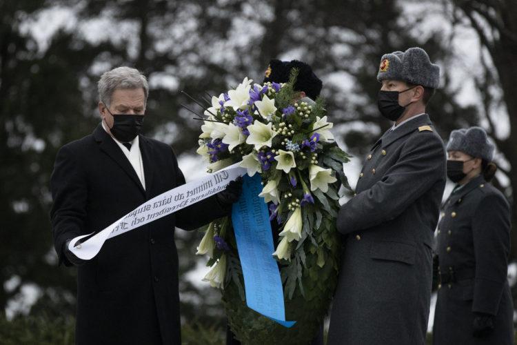 Republikens president Sauli Niinistö och fru Jenni Haukio hedrade självständighetsdagen genom att nedlägga en krans vid Hjältekorset på Sandudds begravningsplats. Foto: Jon Norppa/Republikens presidents kansli