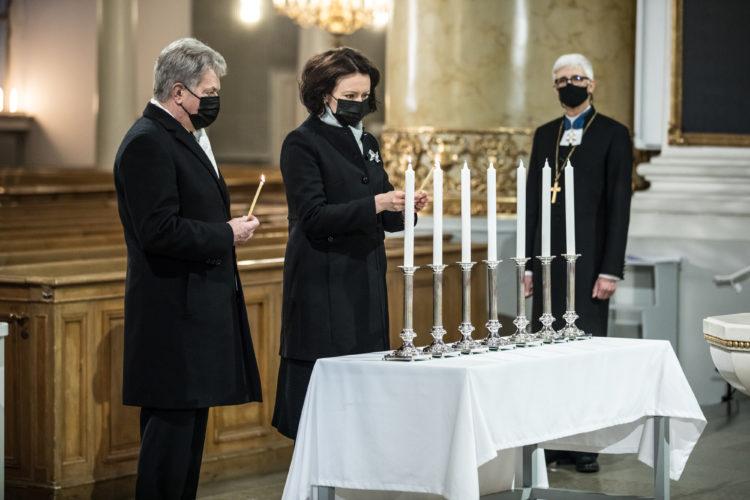 Presidenttipari aloitti itsenäisyyspäivän juhlallisuudet sytyttämällä kynttilät Tuomiokirkossa. Kuva: Laura Kotila/ Valtioneuvoston kanslia