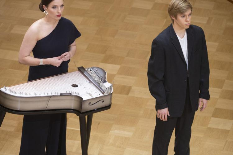 Kantelekonstnären Ida Elina och dansaren Atte Kilpinen uppför sin tolkning av Finlandia-hymnen. Foto: Juhani Kandell/Republikens presidents kansli