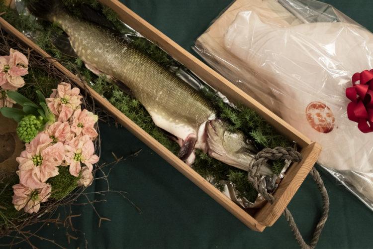 Kinkku, hauki ja kukat ovat perinteisesti luovutettu presidenttiparille joulun alla. Kuva: Jon Norppa/Tasavallan presidentin kanslia