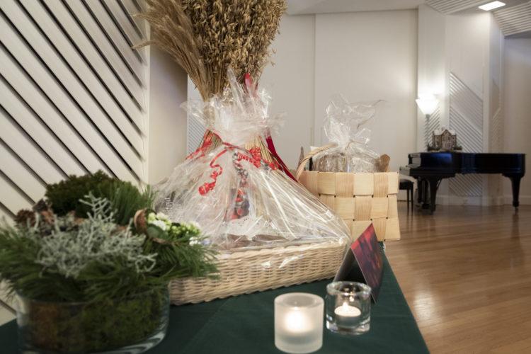 En havrekärv, en korg med grönsaker och en korg med karelska piroger bland gåvorna i Talluddens stora salong. Foto: Jon Norppa/Republikens presidents kansli