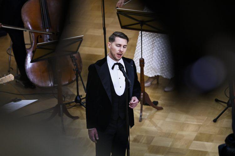 Aarne Pelkonen uppträder med sång i Rikssalen i Presidentens slotts på självständighetsdagsfesten. Foto: Emmi Korhonen/Republikens presidents kansli