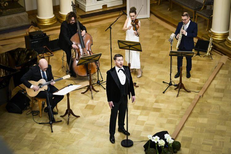 Aarne Pelkonen esiintymässä Presidentinlinnan Valtiosalissa itsenäisyyspäivän juhlassa. Kuva: Emmi Korhonen/Tasavallan presidentin kanslia