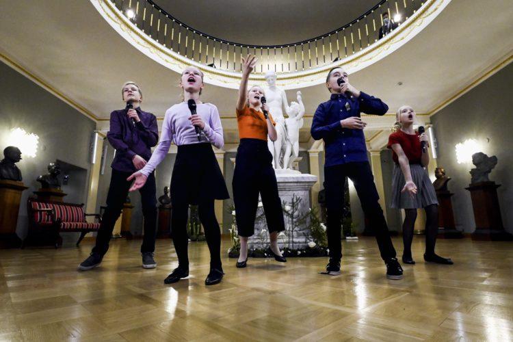 Biolapset uppträder i Atrium i Presidentens slott på självständighetsdagsfesten. Foto: Antti Nikkanen/Republikens presidents kansli