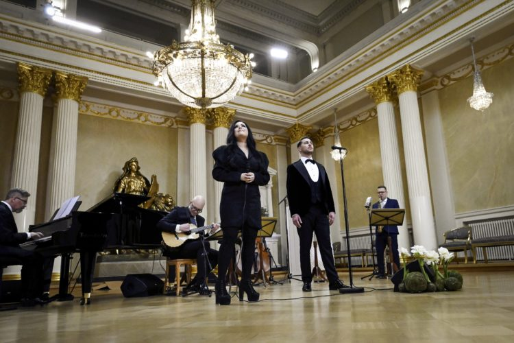 Diandra ja Aarne Pelkonen esiintymässä Presidentinlinnan Valtiosalissa itsenäisyyspäivän juhlassa. Kuva: Emmi Korhonen/Tasavallan presidentin kanslia