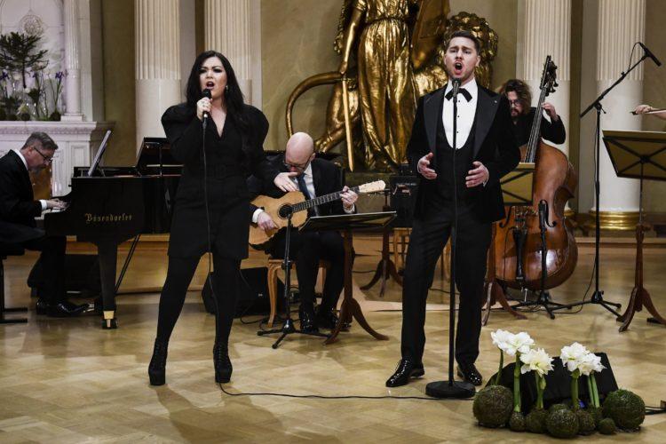 Diandra och Aarne Pelkonen uppträder med sång i Rikssalen i Presidentens slotts på självständighetsdagsfesten. Foto: Emmi Korhonen/Republikens presidents kansli