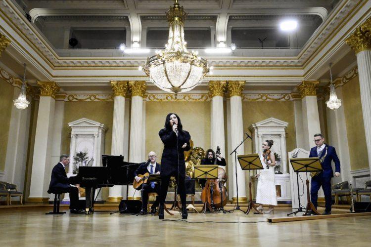 Diandra uppträder med sång i Rikssalen i Presidentens slott på självständighetsdagsfesten. Foto: Emmi Korhonen/Republikens presidents kansli