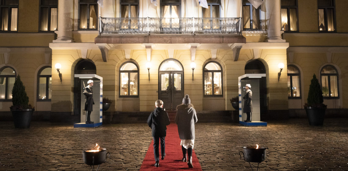 Barnen anländer till Presidentens slott. Foto: Jon Norppa/Republikens presidents kansli