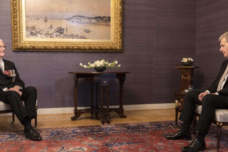 Presidentti Niinistö tapasi itsenäisyyspäivän alla Presidentinlinnassa kenraali Jaakko Valtasen, joka on viime vuosina totuttu näkemään ensimmäisenä Valtiosaliin saapuvana kutsuvieraana. Kuva: Jon Norppa/Tasavallan presidentin kanslia
