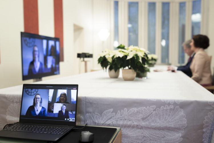 Korppoolaiset toimittivat presidenttiparille perinteisen jouluhauen. Kuva: Jon Norppa/Tasavallan presidentin kanslia