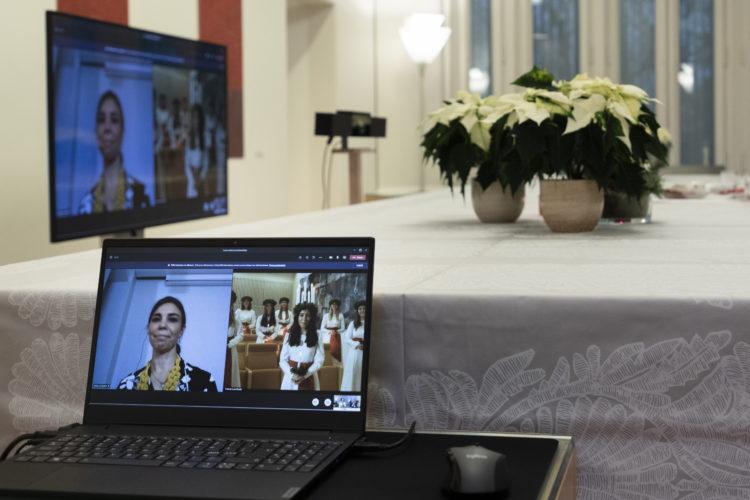 Suomen Lucia-neito Ingrid Enckellin ja hänen kuoronsa esitys oli vaikuttava myös videon välityksellä. Kuva: Jon Norppa/Tasavallan presidentin kanslia