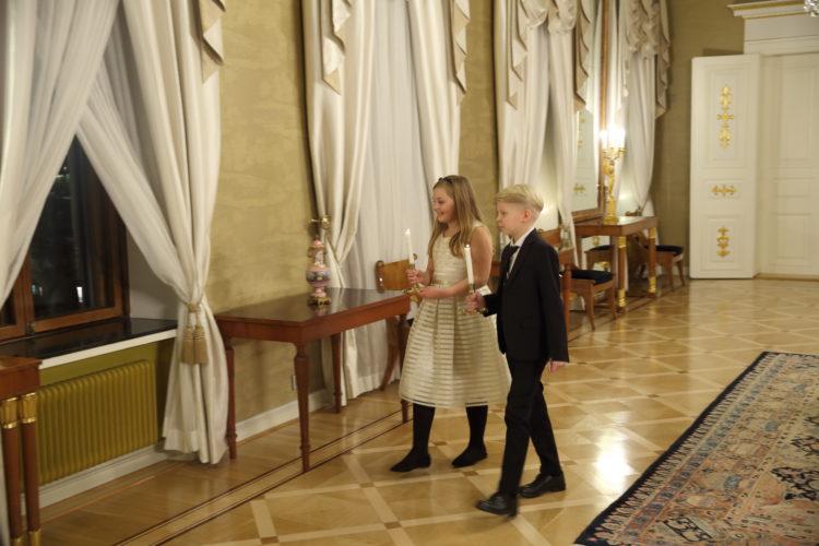 Lapset tuomassa kynttilöitä Presidentinlinnan Keltaisen salin ikkunalle. Kuva: Juhani Kandell/Tasavallan presidentin kanslia