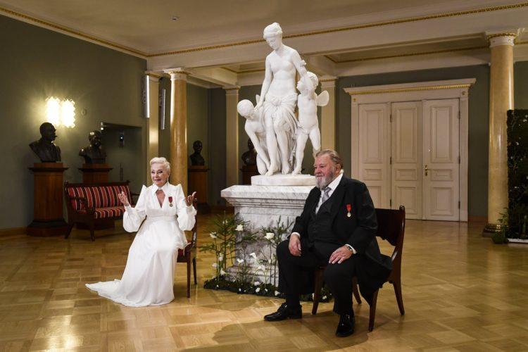 Skådespelarna Seela Sella (t.v.) och Esko Salminen uppträder i Atrium i Presidentens slott på självständighetsdagsfesten. Foto: Emmi Korhonen/Republikens presidents kansli