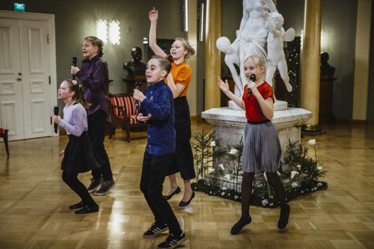 Biolapset esiintymässä Presidentinlinnan Atriumissa itsenäisyyspäivän juhlassa. Kuva: Antti Nikkanen/Tasavallan presidentin kanslia