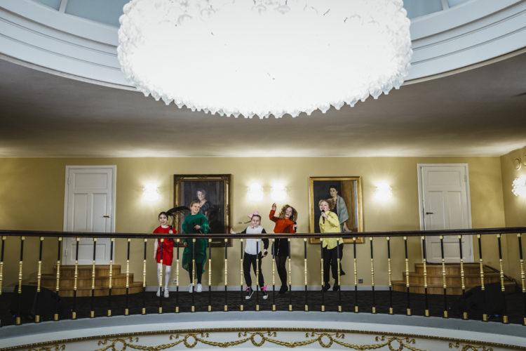 Biolapset uppträder på balkongen i Atrium i Presidentens slott på självständighetsdagsfesten. Foto: Antti Nikkanen/Republikens presidents kansli