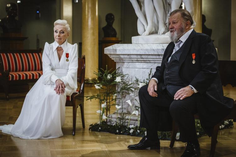 Skådespelarna Seela Sella (t.v.) och Esko Salminen uppträder i Atrium i Presidentens slott på självständighetsdagsfesten. Foto: Antti Nikkanen/Republikens presidents kansli
