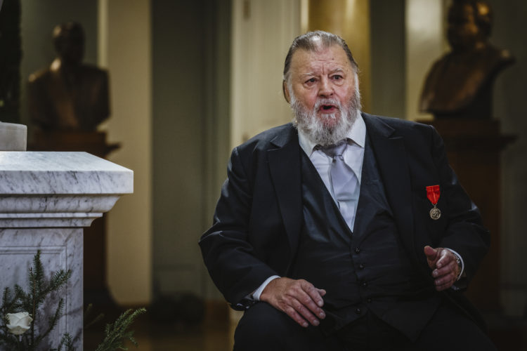 Skådespelaren Esko Salminen uppträder i Atrium i Presidentens slott på självständighetsdagfesten. Foto: Antti Nikkanen/ Republikens presidents kansli