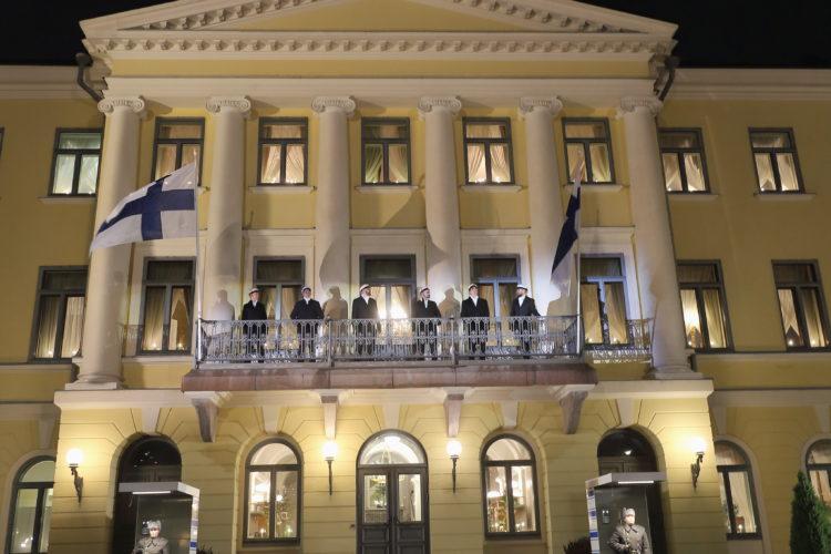 Ylioppilaskunnan Laulajat uppträder med sång på balkongen i Presidentens slott. Foto: Juhani Kandell/Republikens presidents kansli