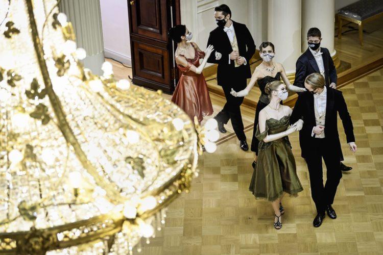 Första valsen med Nationalbalettens dansare i Rikssalen i Presidentens slott på självständighetsdagsfesten. Foto: Emmi Korhonen/Republikens presidents kansli