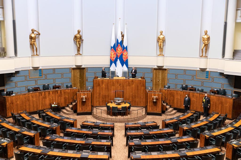 Presidentti Niinistö ja eduskunnan puhemies Anu Vehviläinen puhuivat tyhjälle salille, sillä kansanedustajat ja eduskunnan virkamiesjohto eivät olleet koronatilanteen vuoksi läsnä.